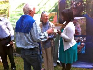 Jane Goodall mit Walter Inmann und Romie Musiimenta
