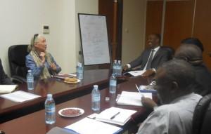Jane Goodall beim Gespräch mit Ugandas Wirtschaftsminister